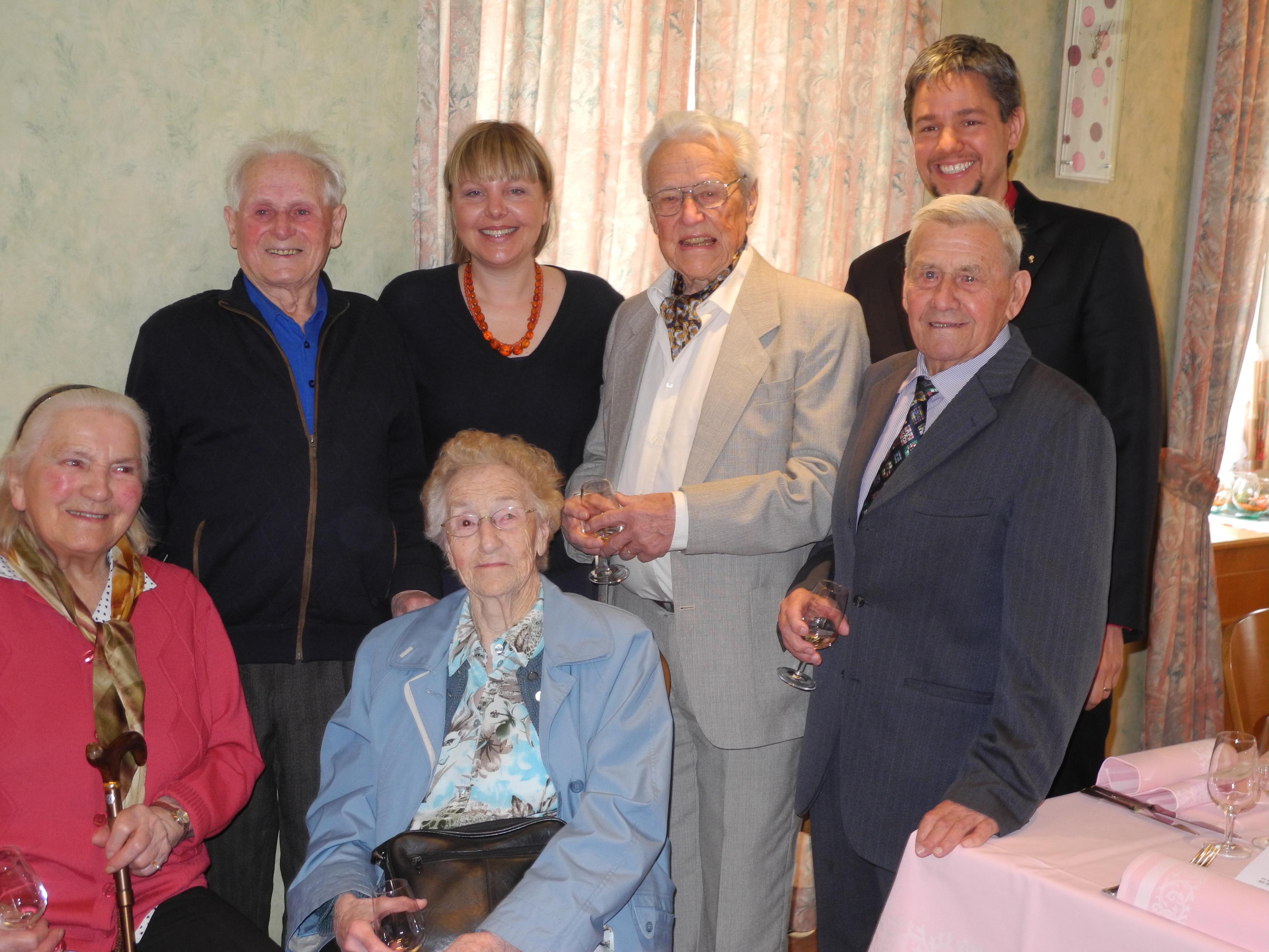 Chantal Weidmann Yenny (syndique) et Benjamin Corbaz (pasteur) avec les cinq jubilaires savignolans nés en 1927