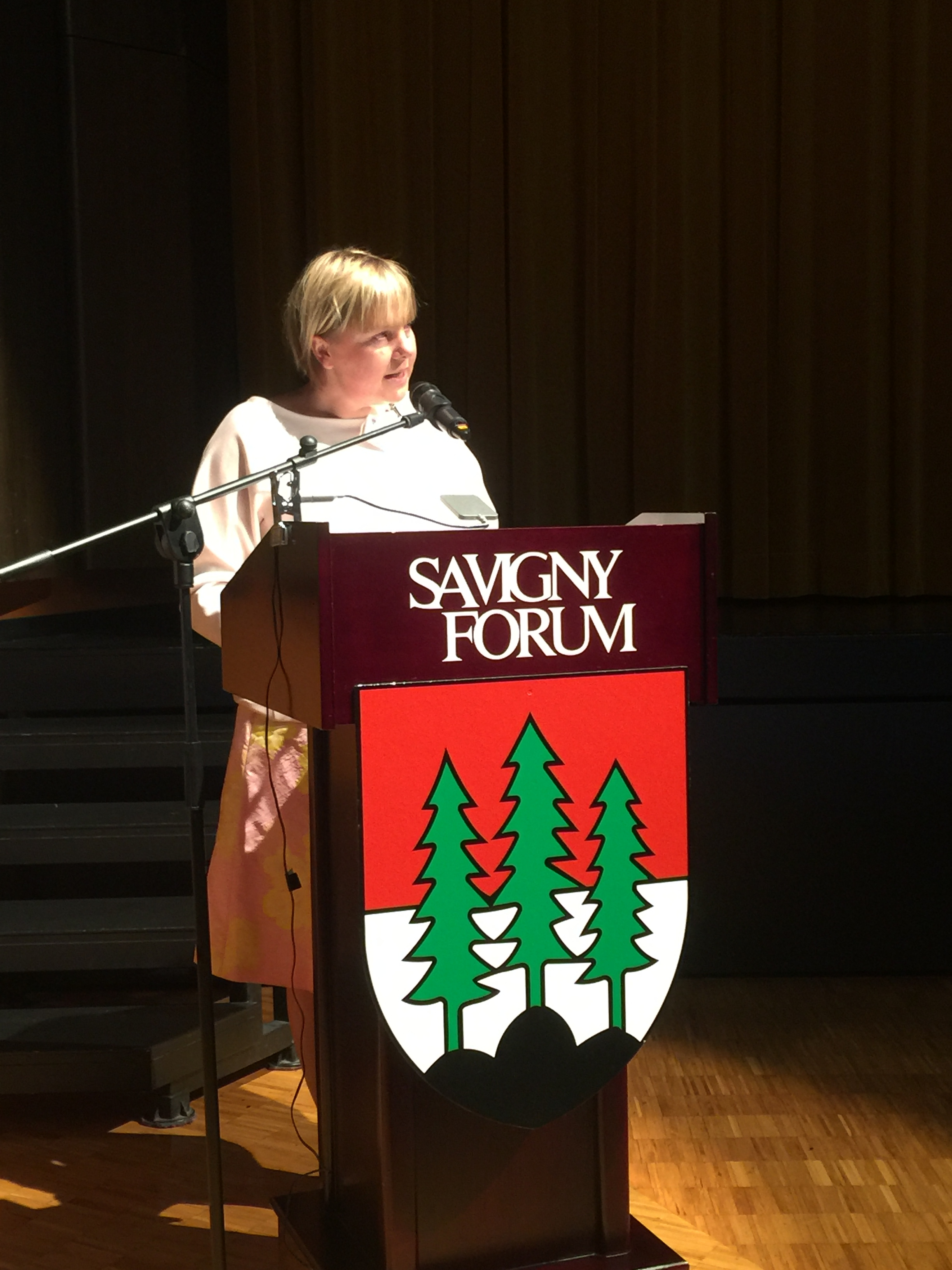 La syndique de Savigny Chantal Weidmann Yenny présente sa commune aux nouveaux Savignolans.