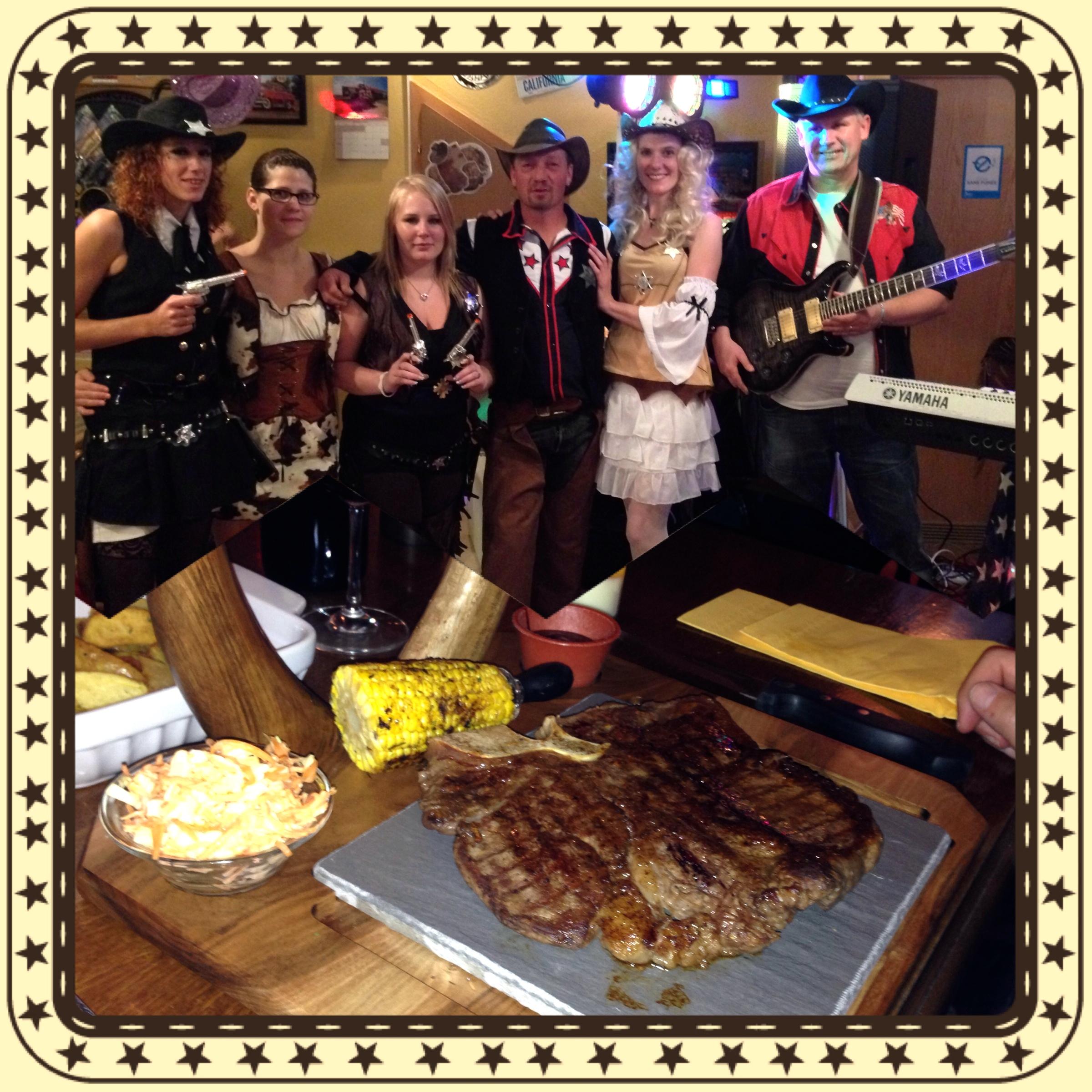 Hervé Chapuis, Sandrine Lajugie et Richard Memphis et les autres Cow-Girls de la soirée qui ont assuré le service en cuisine et sur table