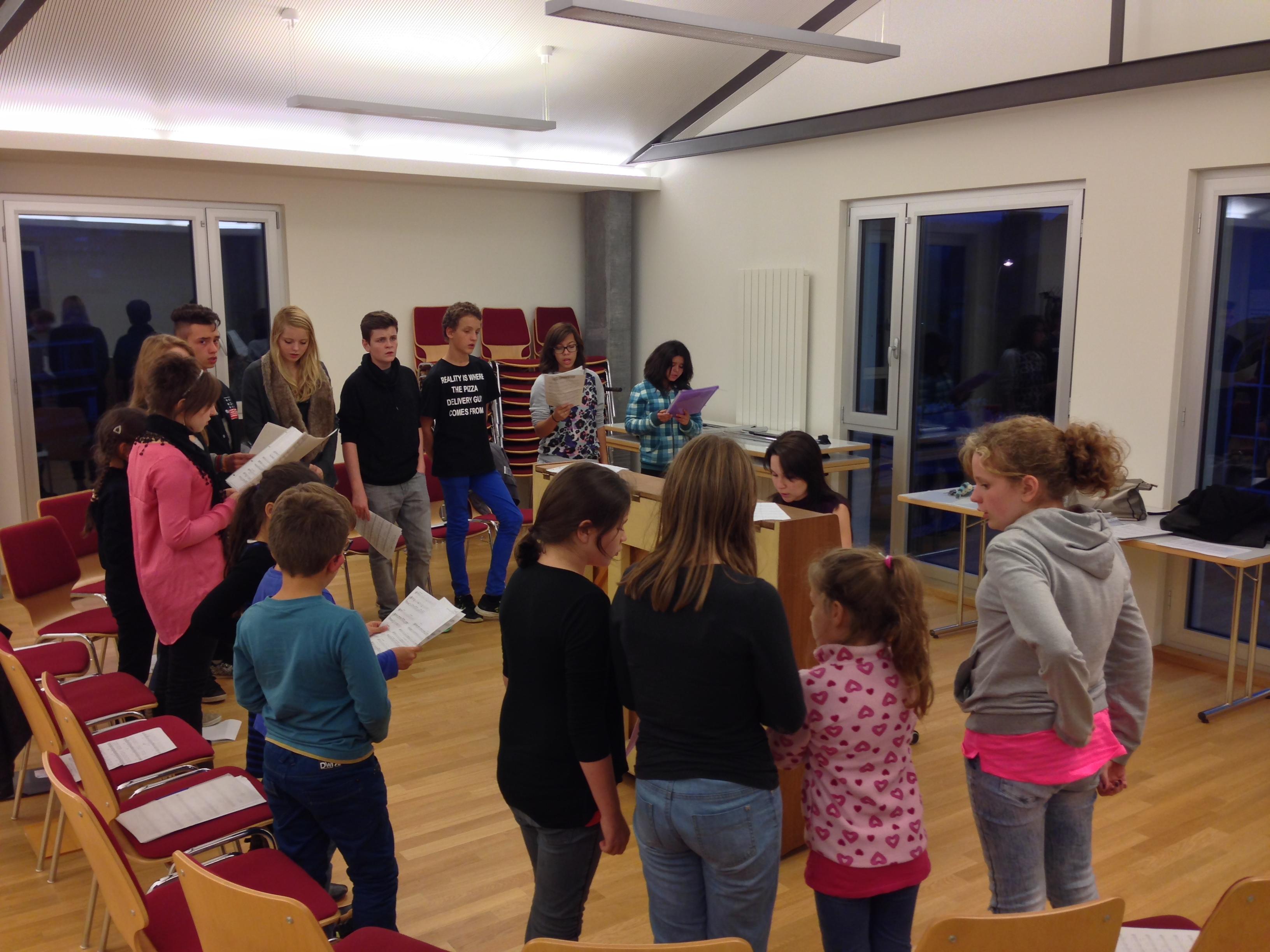 le choeur d'enfants Les Croc'Notes en pleine répétition avec Elvira Sonnay